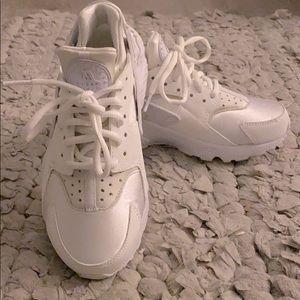 5.5 Huarache Nikes White 🔥